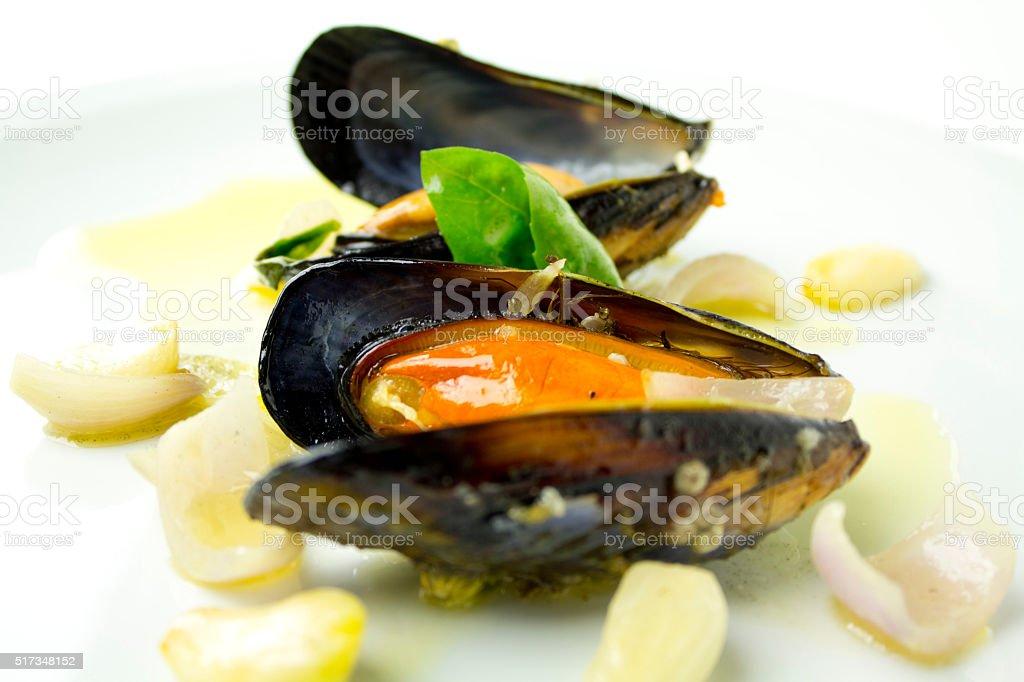 Gotowany na parze małże z czosnku, cebuli i Bazylia zbiór zdjęć royalty-free
