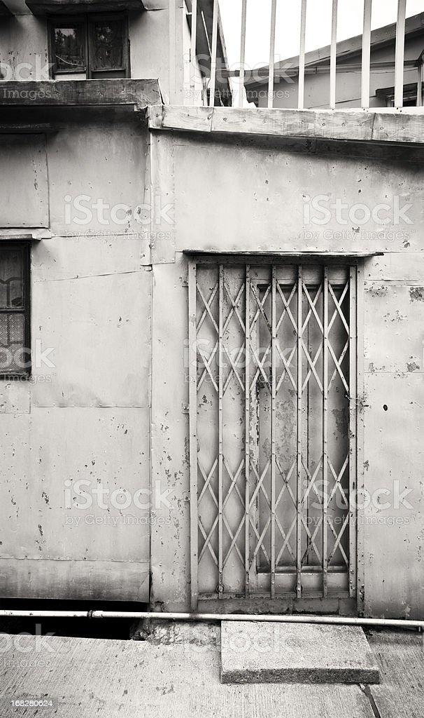 Puerta de acero de una vieja casa foto de stock libre de derechos