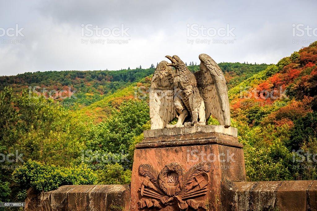 Steinerner Adler auf Eisenbahntunnel stock photo