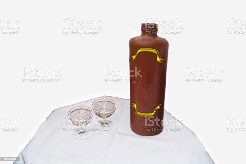 Steingutflasche und zwei Likörgläser stock photo