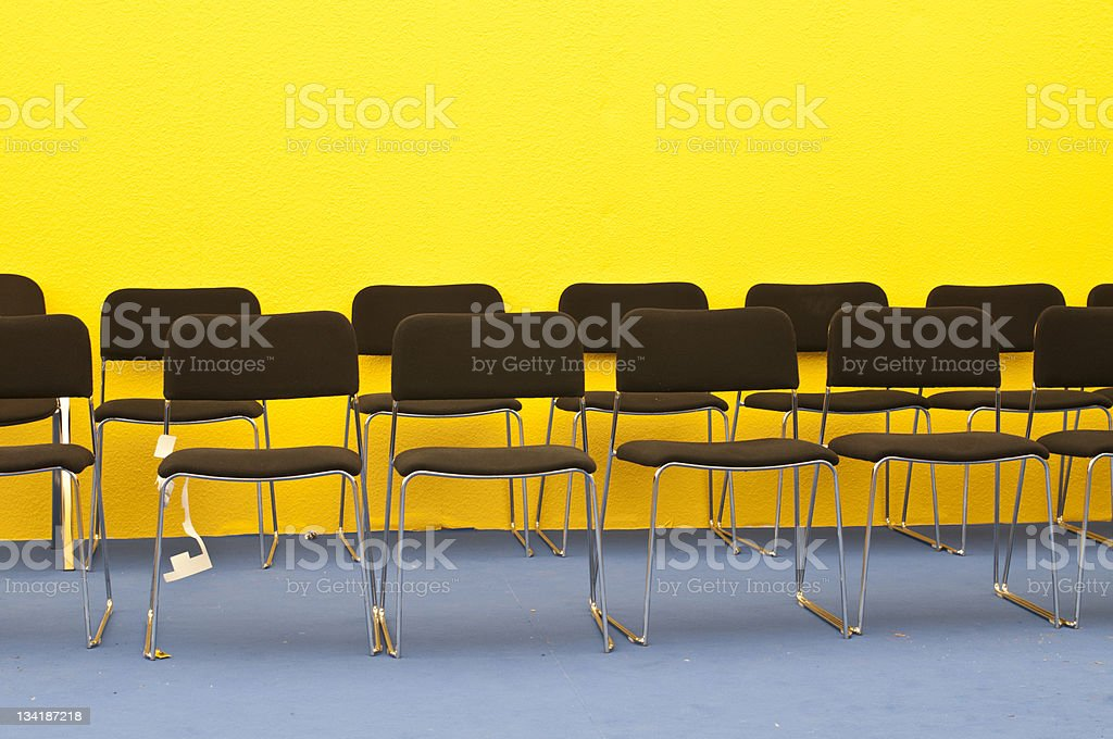St?hle vor gelber Wand- Chairs in front of a wall royalty-free stock photo