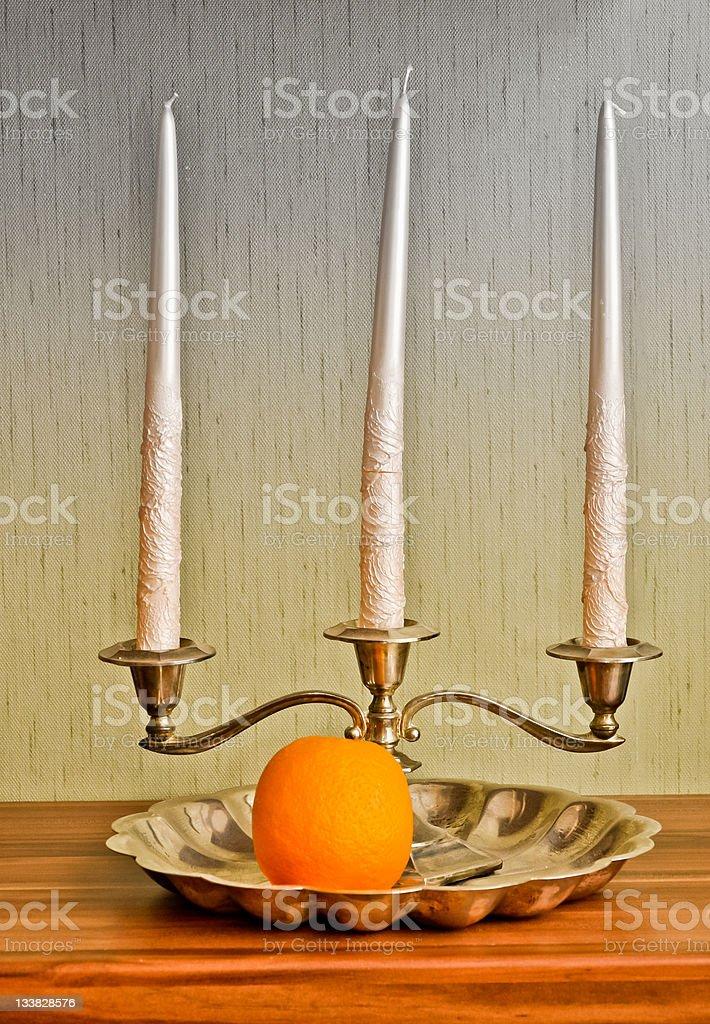 Stillleben: Silver candlestick und orange Früchte. HDR technque Lizenzfreies stock-foto