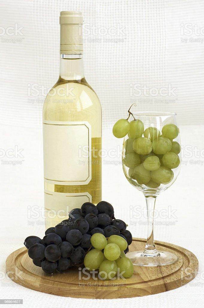 Nature morte avec le vin blanc et raisins photo libre de droits