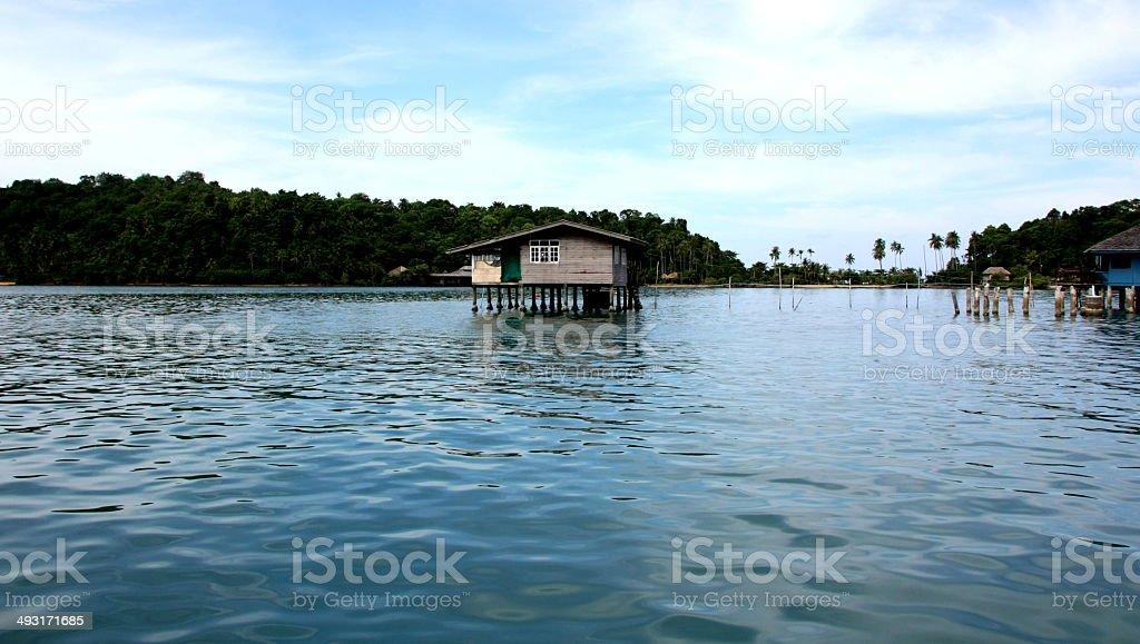 Casa Sobre Estacas em ambiente tropical foto de stock royalty-free