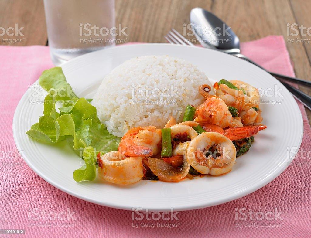 Mieszać smażone Kalmary z chili i Bazylia na białym talerzu zbiór zdjęć royalty-free