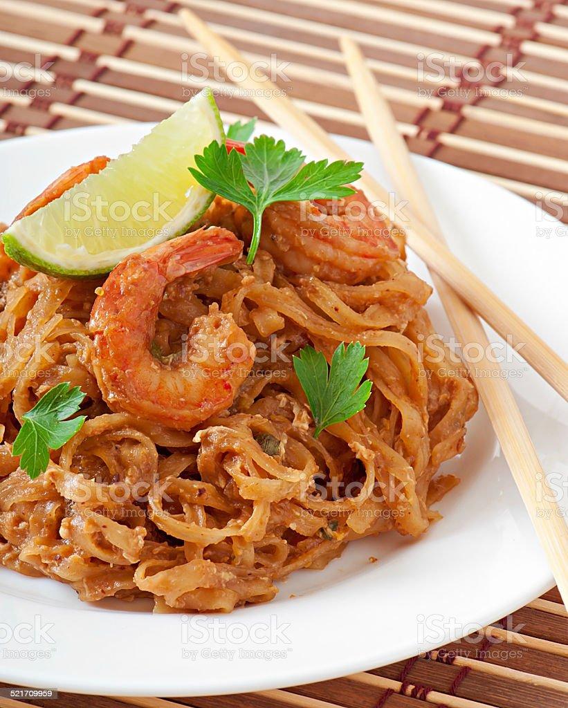 Stir-Fried noodles with prawns und vegetables stock photo
