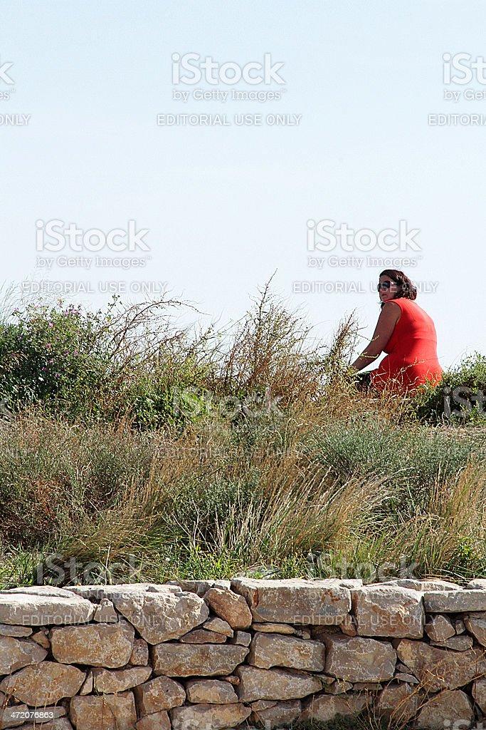 Sétois che indossa un abito rosso in Sète, Francia foto stock royalty-free