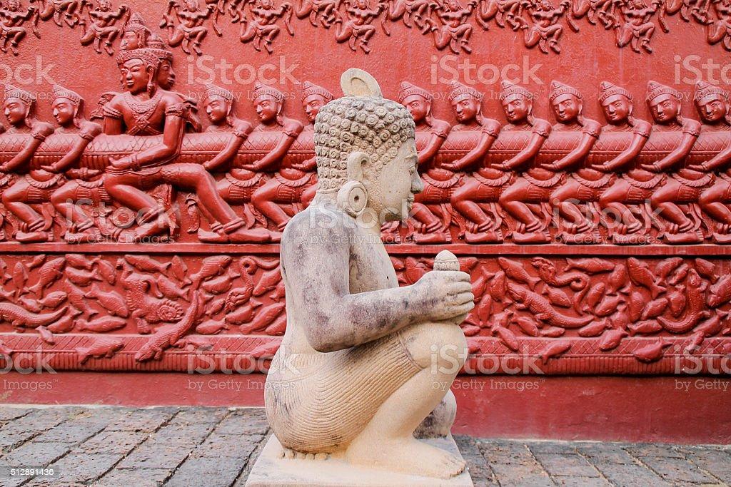 Ateliers de sculpture de pierre avec une statue de de sculpture sur le mur derrière vous. photo libre de droits
