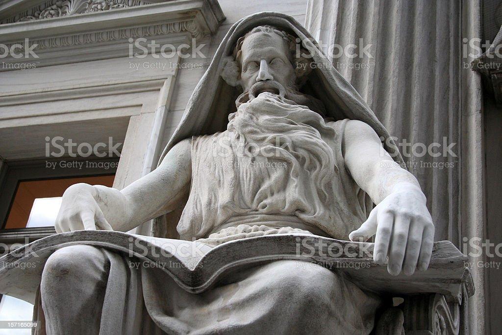 Statue de Pierre de sagesse dans la bibliothèque photo libre de droits