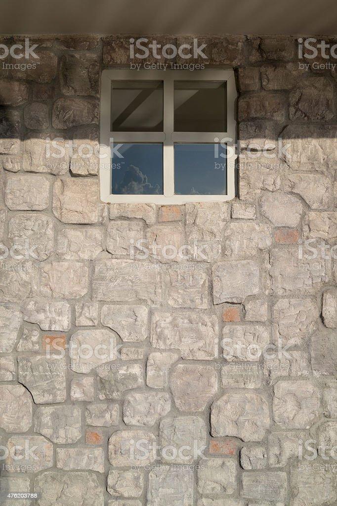 Stone veneer mur avec fenêtre photo libre de droits