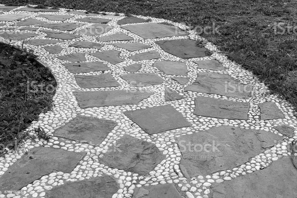 Stones and pebbles walkway in grass field photo libre de droits