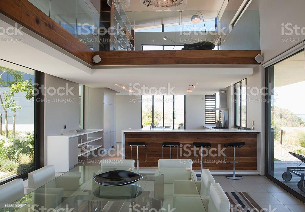 Sgabelli al bancone della cucina moderna foto di stock