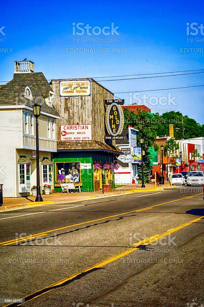 Stores om Main Street in Mackinaw City, Michigan stock photo