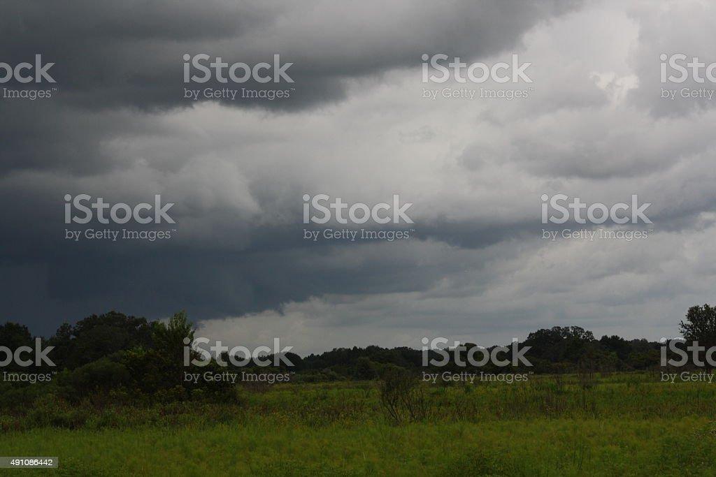 storm brewing sur meadow photo libre de droits