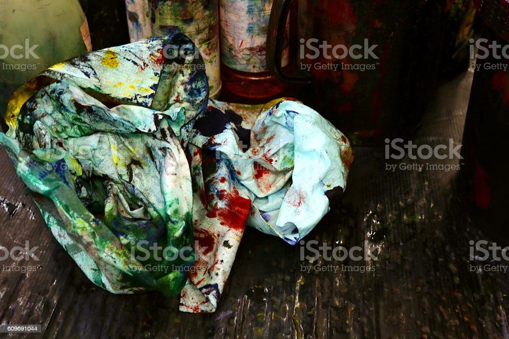 straccio sporco di colore su un bancone in tipografia stock photo