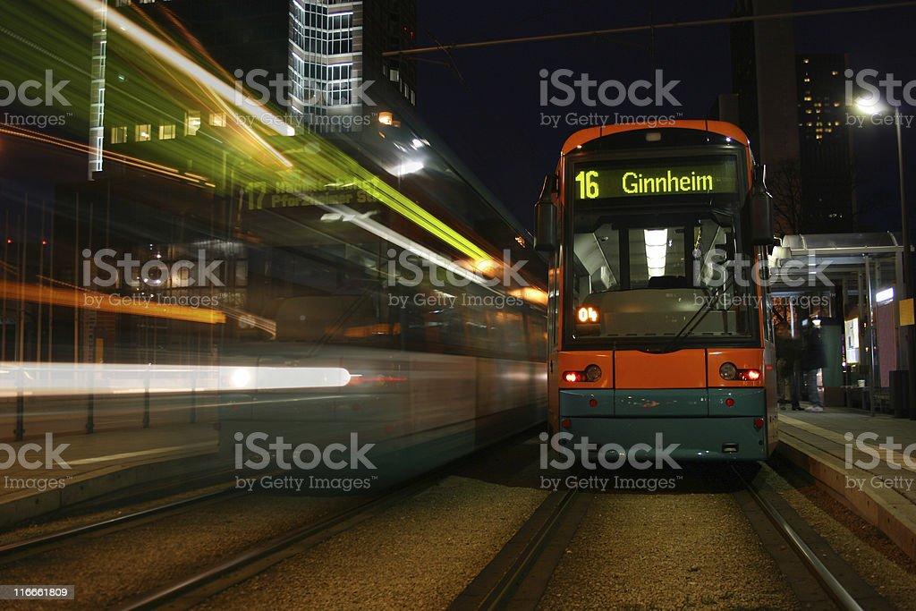 Stra?enbahn an Haltestelle in Frankfurt/Main vor Messeturm royalty-free stock photo