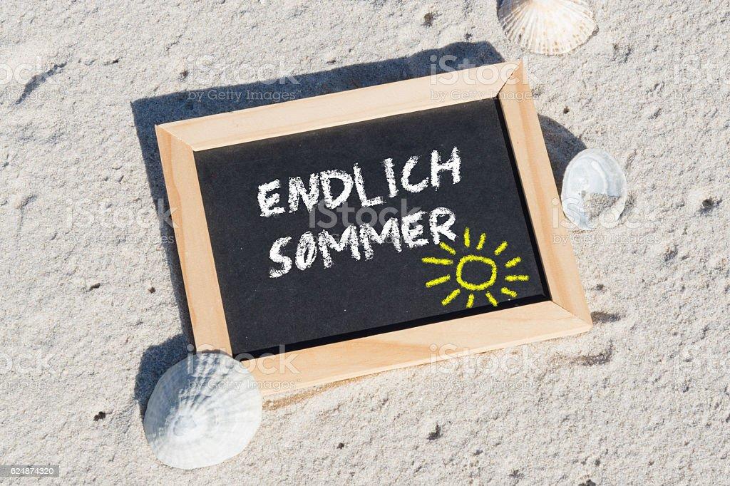 Strand und eine Tafel mit dem Text Endlich Sommer stock photo
