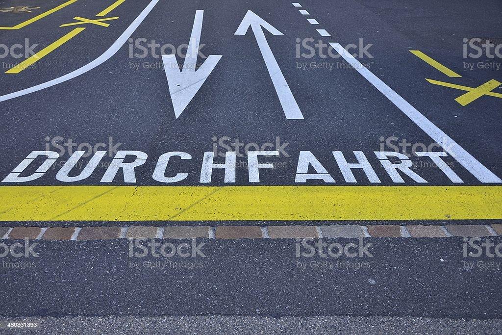 Strassenmarkierung Durchfahrt royalty-free stock photo