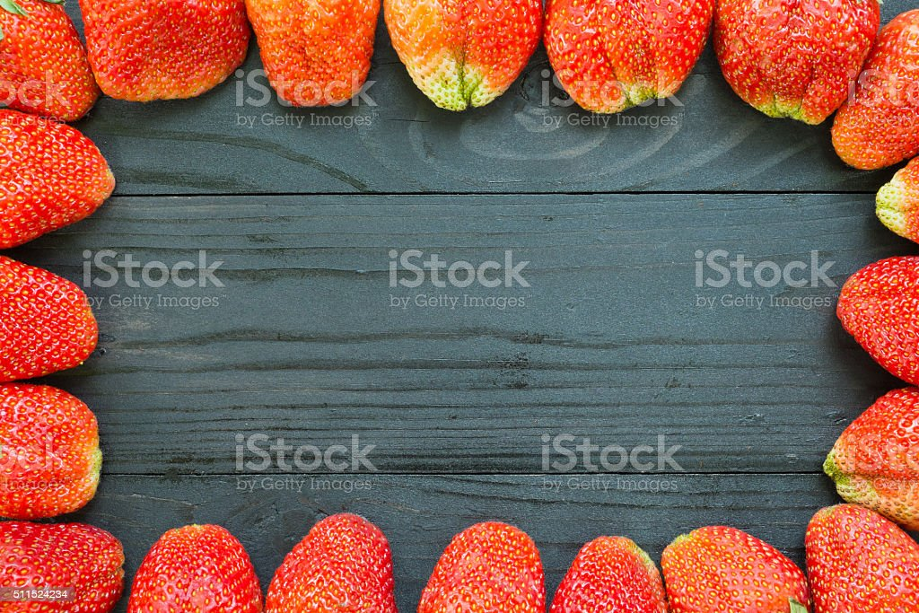 Erdbeeren Frame auf Schwarz Holz Lizenzfreies stock-foto