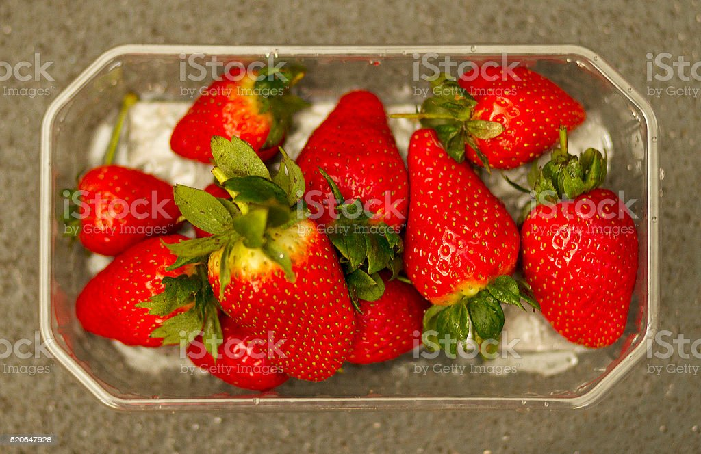Fragole in contenitore foto stock royalty-free