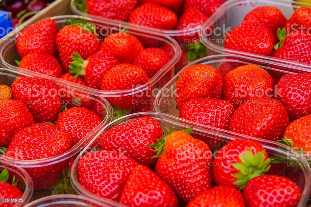Strawberry bowl on a fruit market Lizenzfreies stock-foto