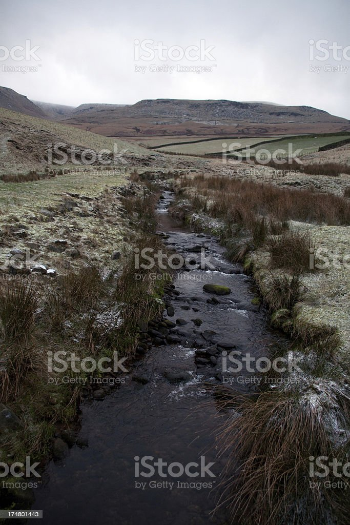 Stream looking towards a frosty Bleaklow, Peak District stock photo
