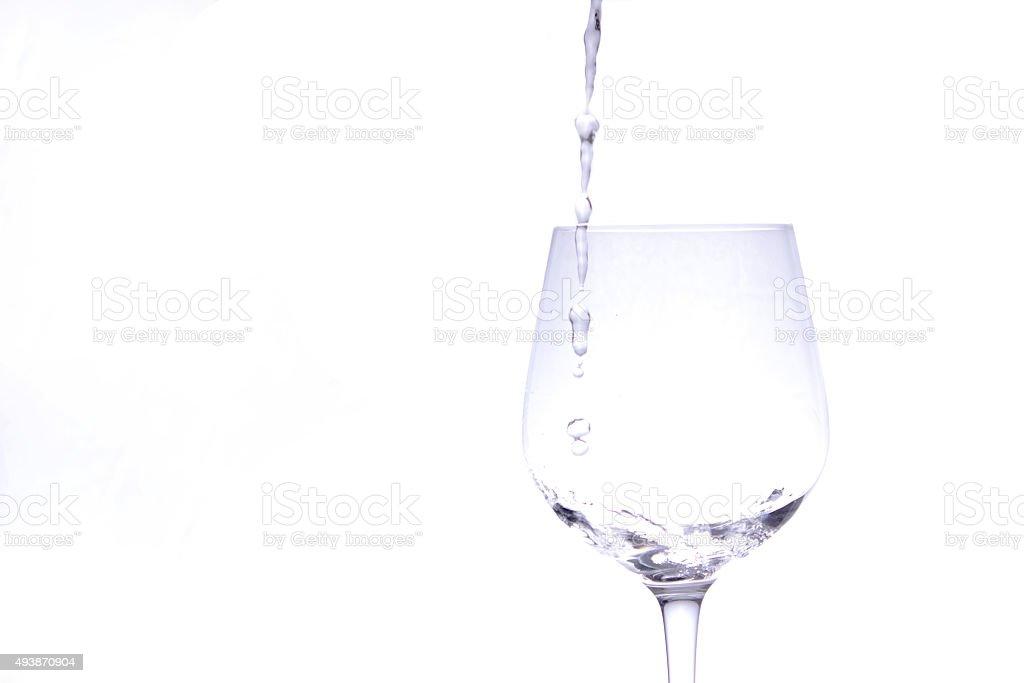 Jacto de água vertendo em copo de vinho foto de stock royalty-free