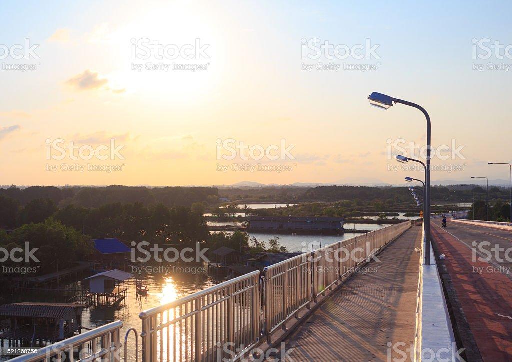 Улица света полюс закате на автомагистраль вечер сельской местности Стоковые фото Стоковая фотография