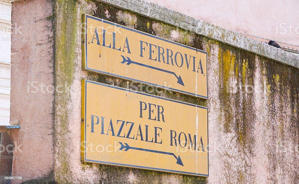 Street signs to railway station in Venice Lizenzfreies stock-foto