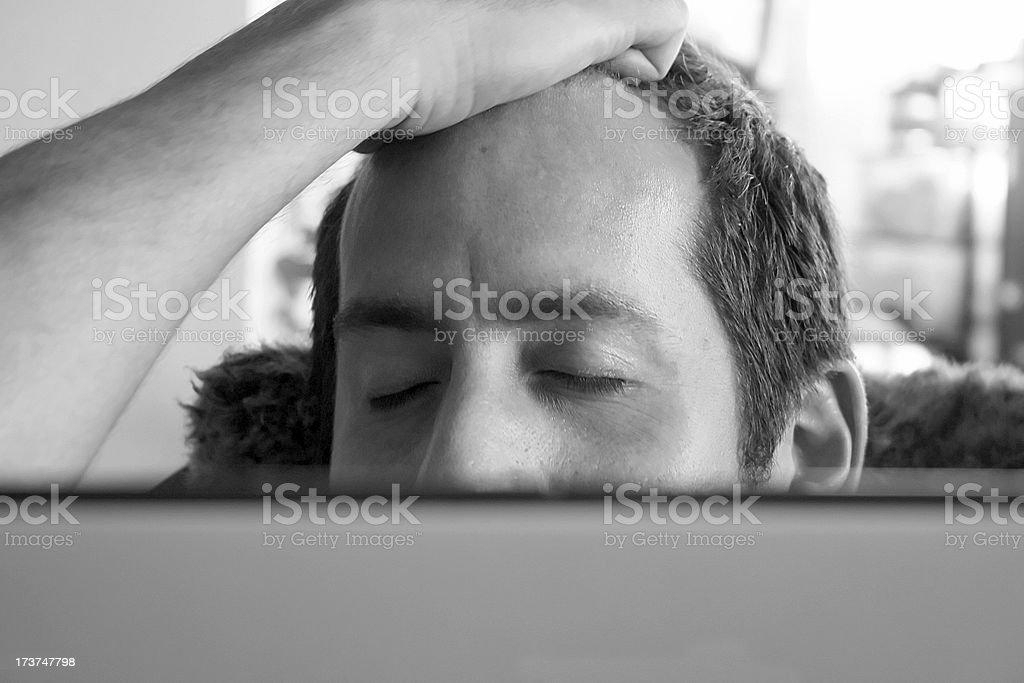 A souligné homme sur l'ordinateur photo libre de droits
