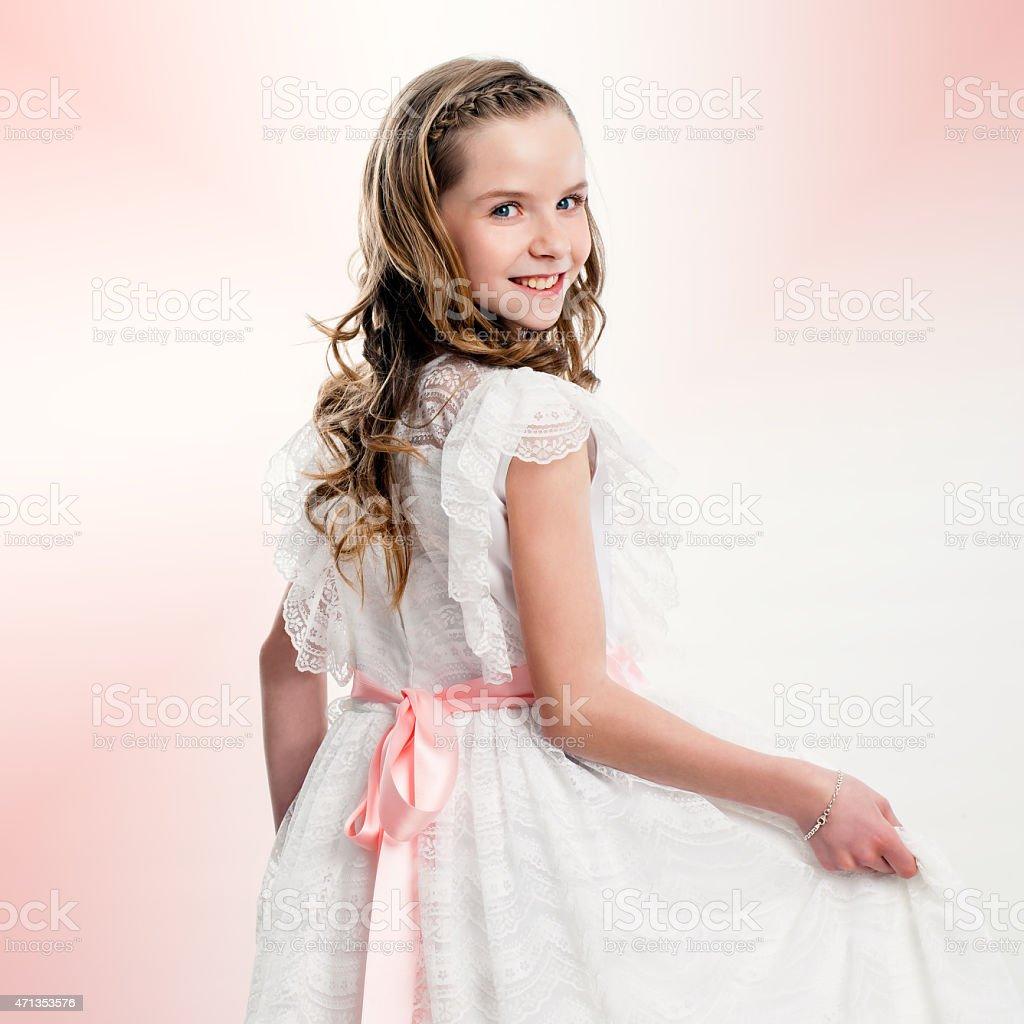 Studio portrait de jolie fille en communion robe. photo libre de droits