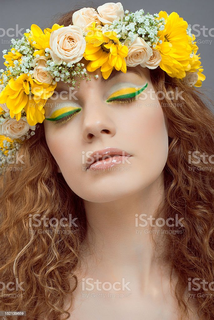 Estudio Retrato de joven bella mujer con flores en el pelo foto de stock libre de derechos