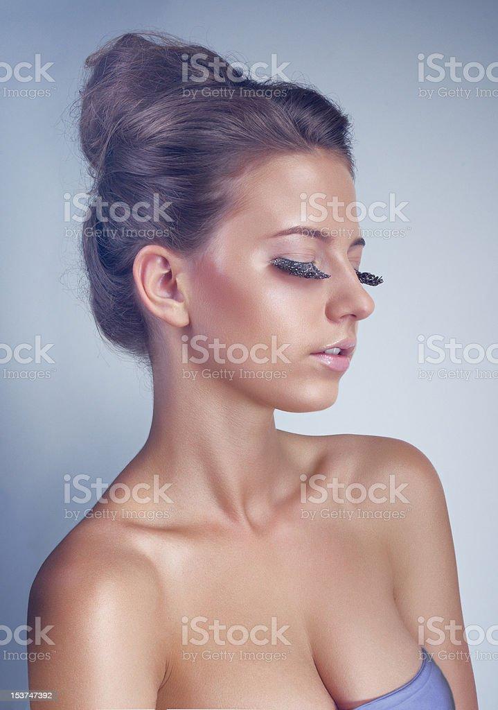 Estudio Retrato de mujer joven con largo eyelashes de pluma foto de stock libre de derechos