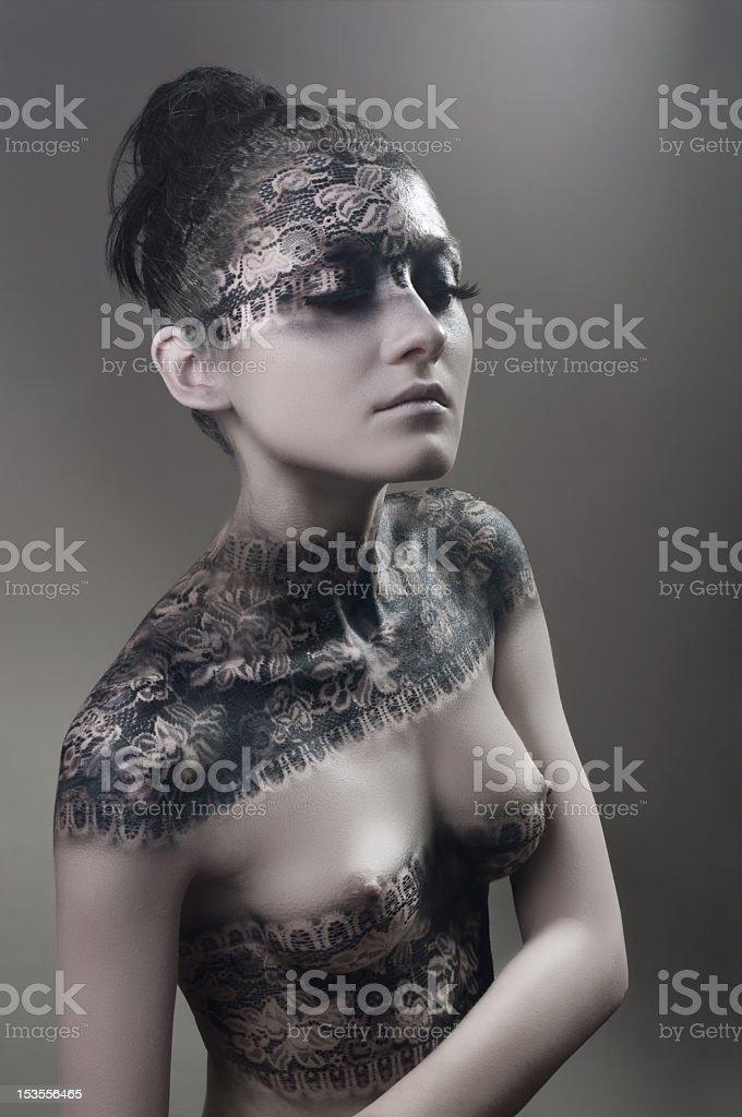Retrato de estudio con lacy pintura de cuerpo foto de stock libre de derechos
