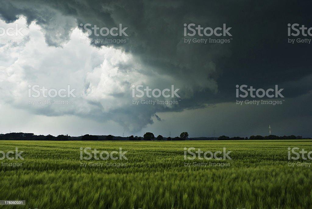 Sturmwolken über einem Feld stock photo
