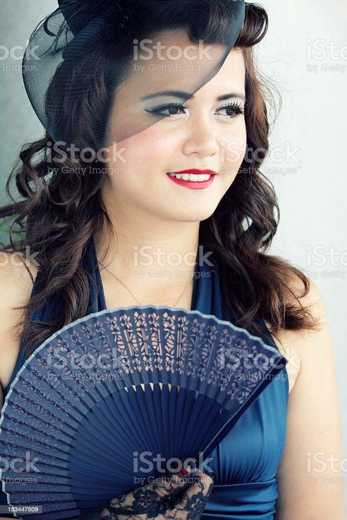 Stilvolle Junge Frau in Schwarz bonnet Wegsehen Lizenzfreies stock-foto