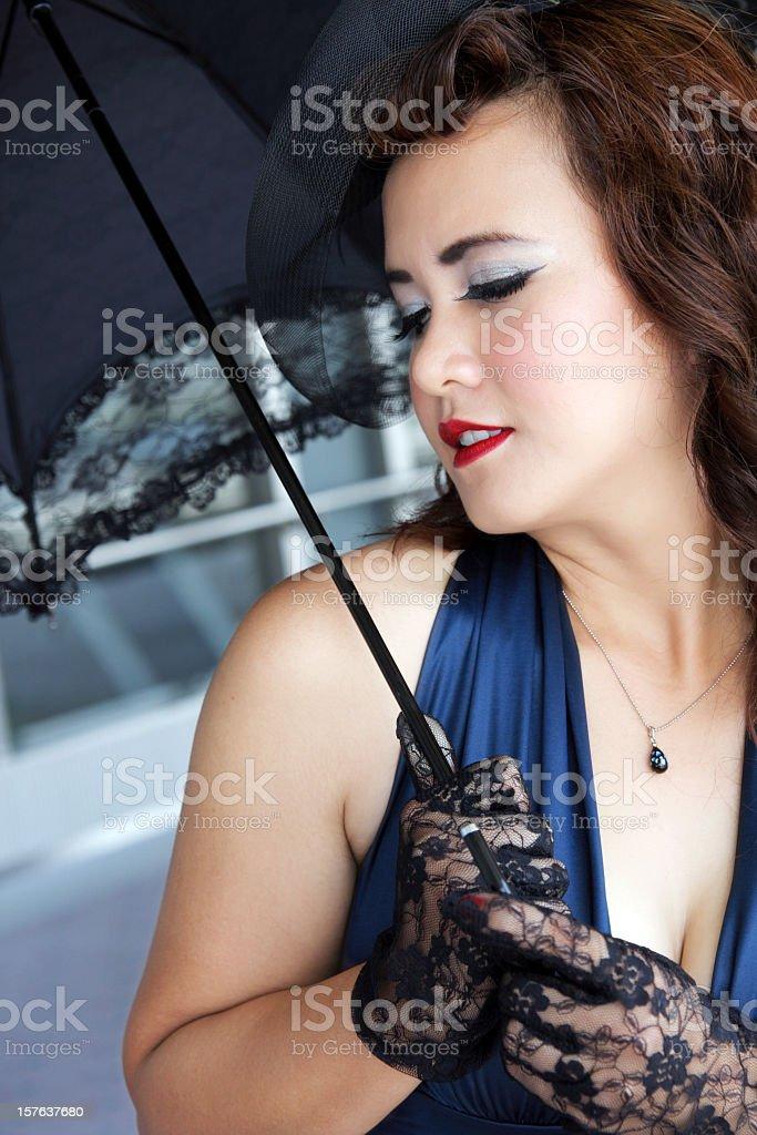 Elegante Junge Frau mit Regenschirm Lizenzfreies stock-foto
