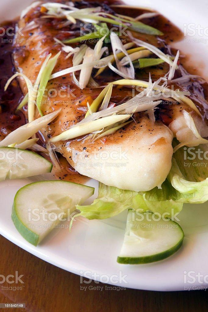 Saftigen Fisch und Zwiebeln Gericht Lizenzfreies stock-foto