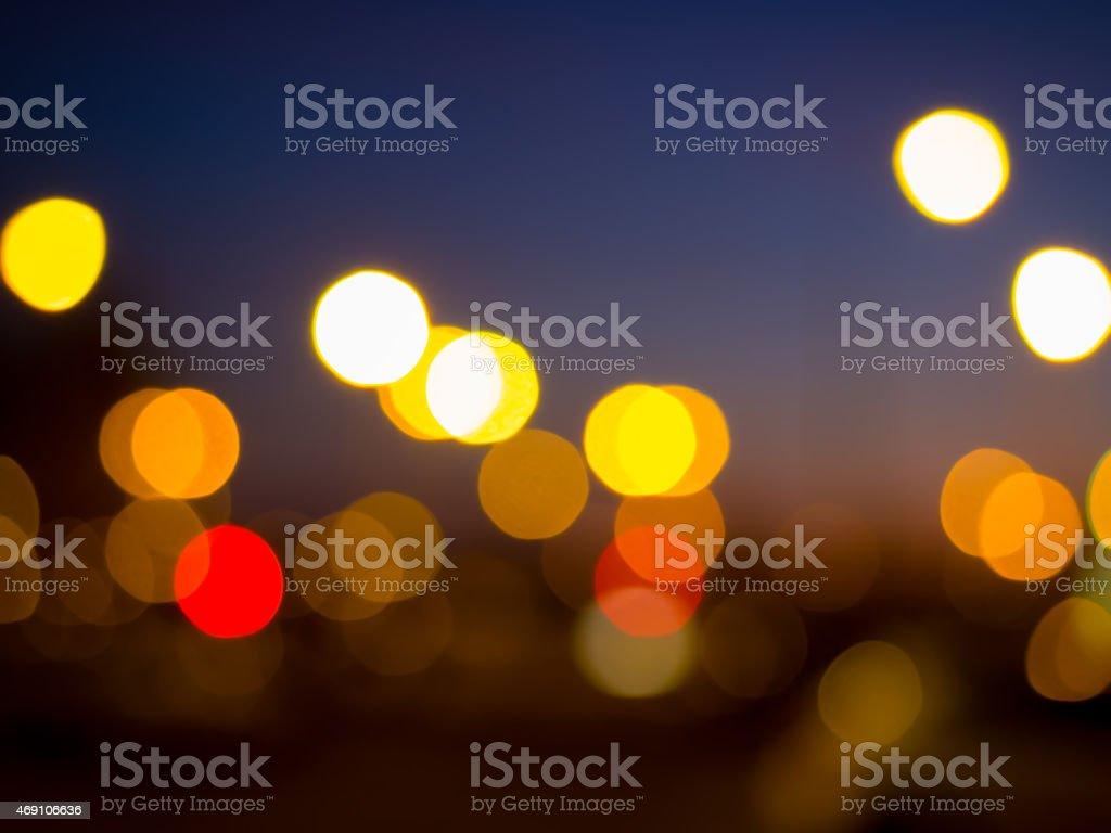 Verão luzes noturnas da cidade. Luzes de bokeh (desfoque de fundo Defocused foto royalty-free
