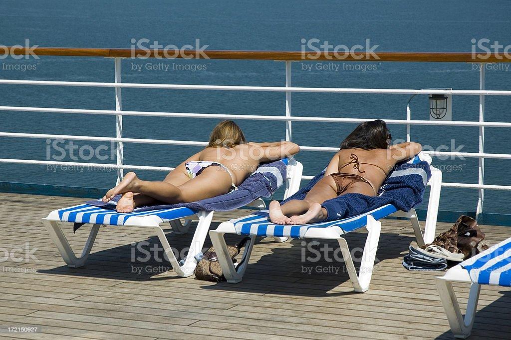 Prendere il sole su una nave da crociera foto stock royalty-free