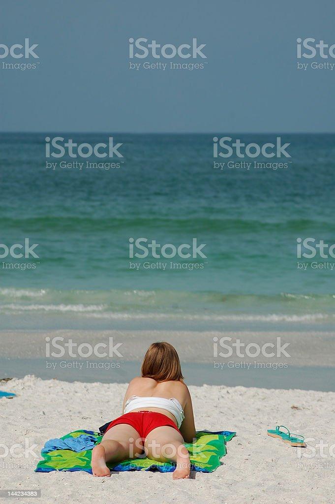 Tomar el sol en la playa foto de stock libre de derechos