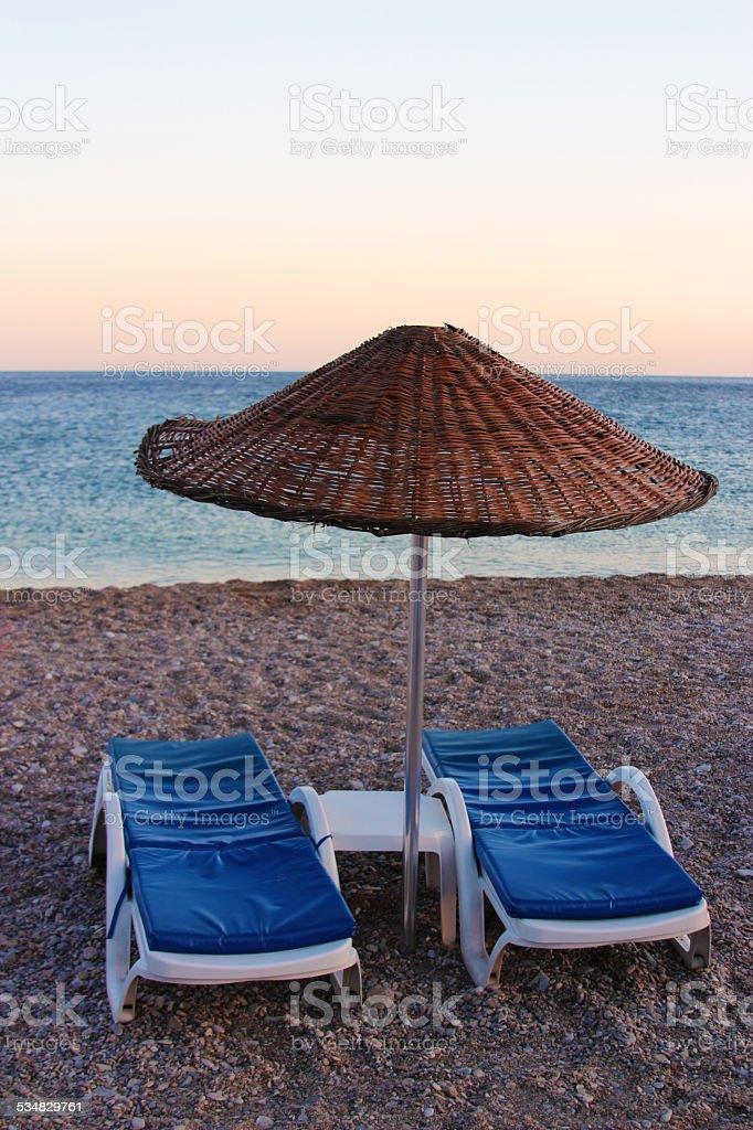 Шезлонге с зонтиком Стоковые фото Стоковая фотография