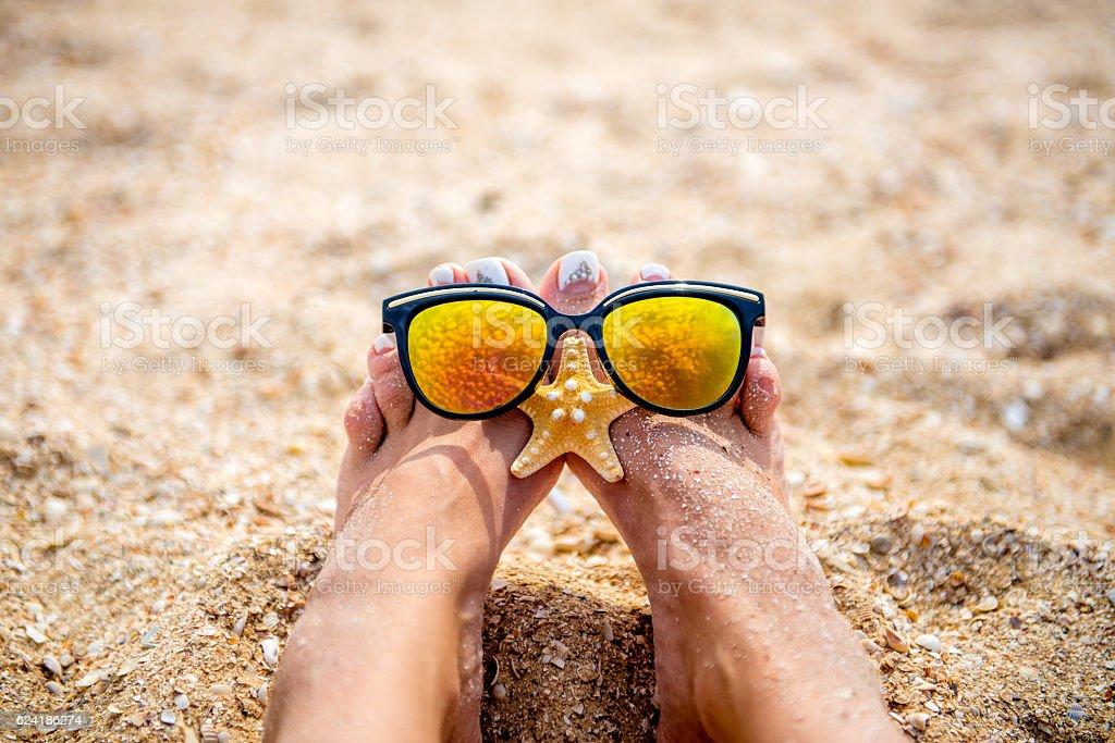 Sonnenbrille und marine Leben am Strand Lizenzfreies stock-foto