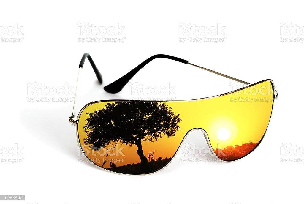 Óculos de sol com reflexo isolado no fundo branco foto de stock royalty-free