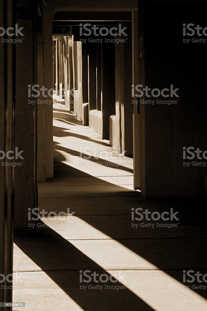 Lumière du soleil et les ombres dans adobe voie piétonne de la vieille ville de Santa Fe photo libre de droits