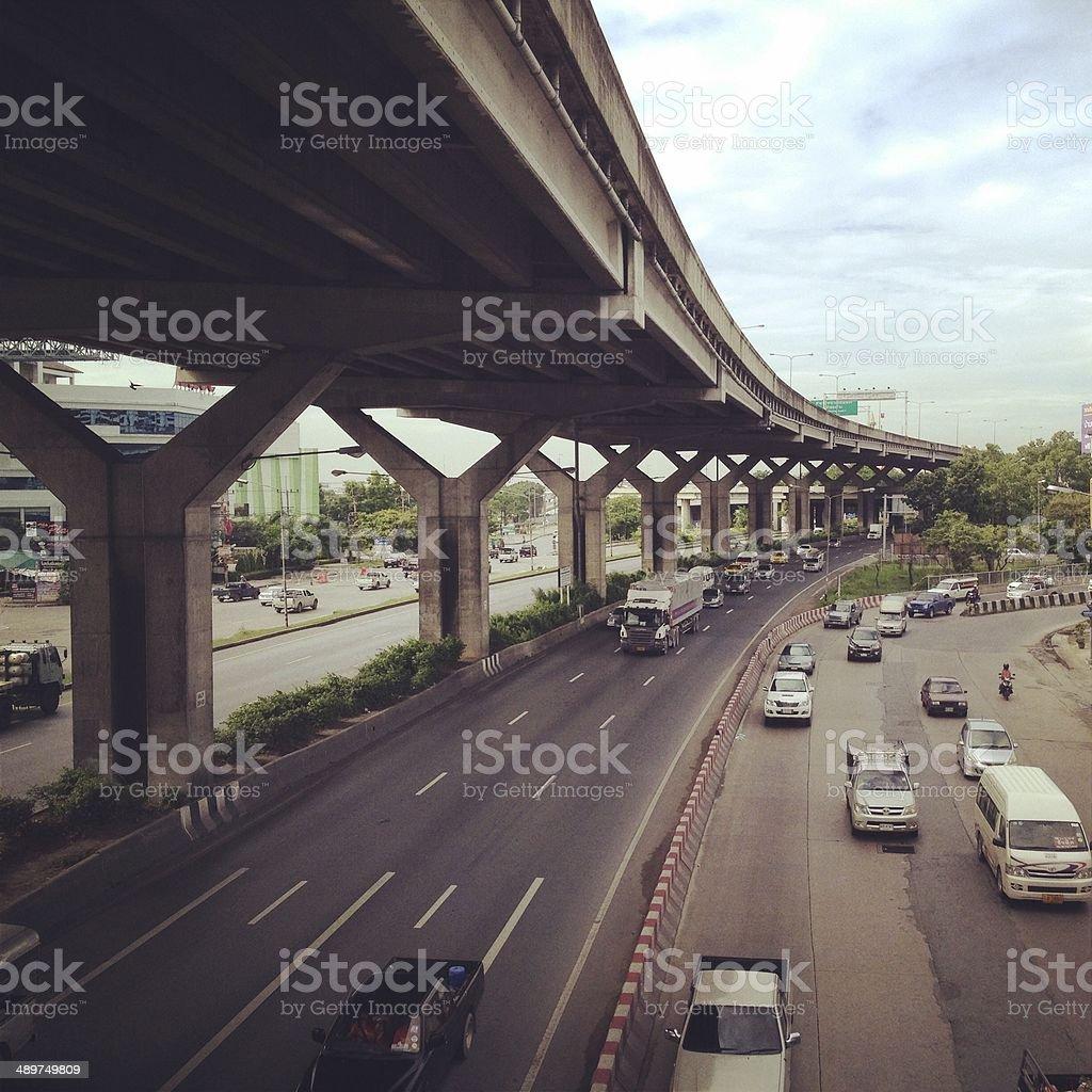 Солнечный свет блеск машине Беговая дорога под автомагистрали Мост Стоковые фото Стоковая фотография