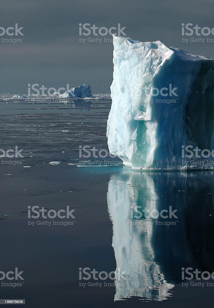 自然光が差し込む南極白色-青色の氷山 ロイヤリティフリーストックフォト