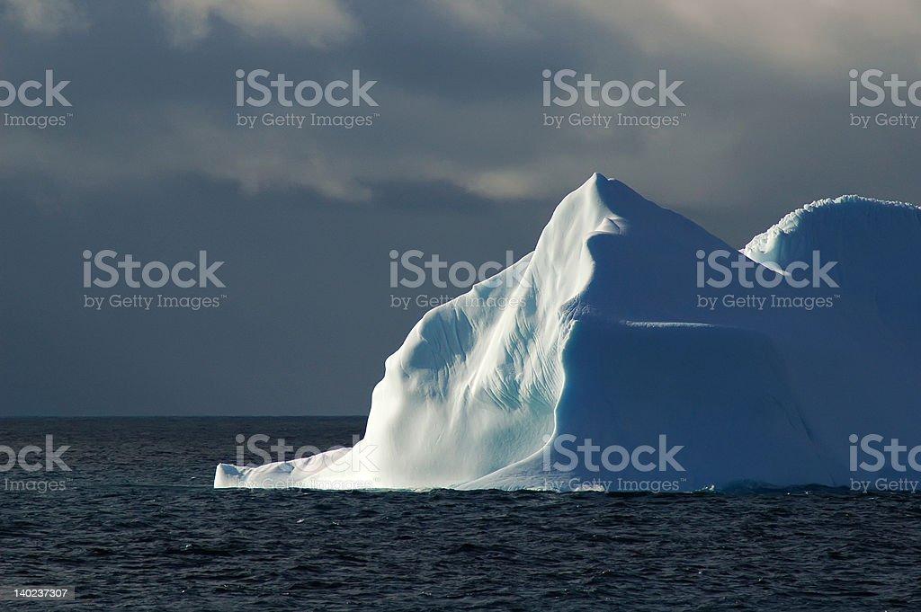 明るいホワイトの氷山スカイブルーにダーク ロイヤリティフリーストックフォト
