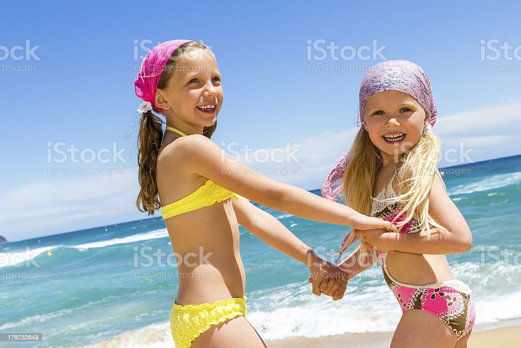 Belle journée à la plage avec un ami. photo libre de droits