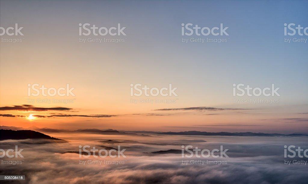 Lever du soleil au-dessus des nuages photo libre de droits